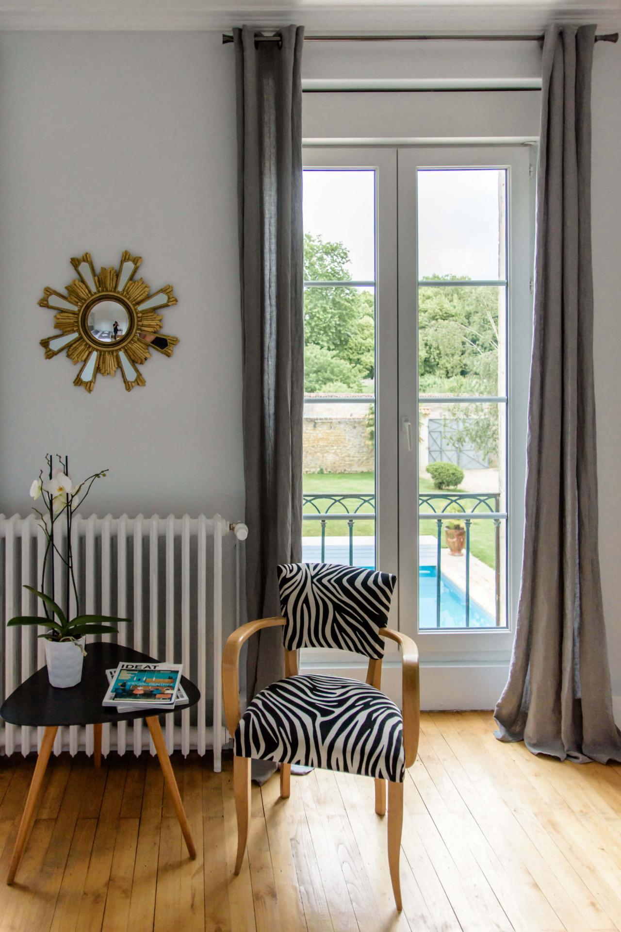 décoration vintage chambre d'hôtes de charme baignoire balnéothérapie Rochefort sur mer jardin et piscine