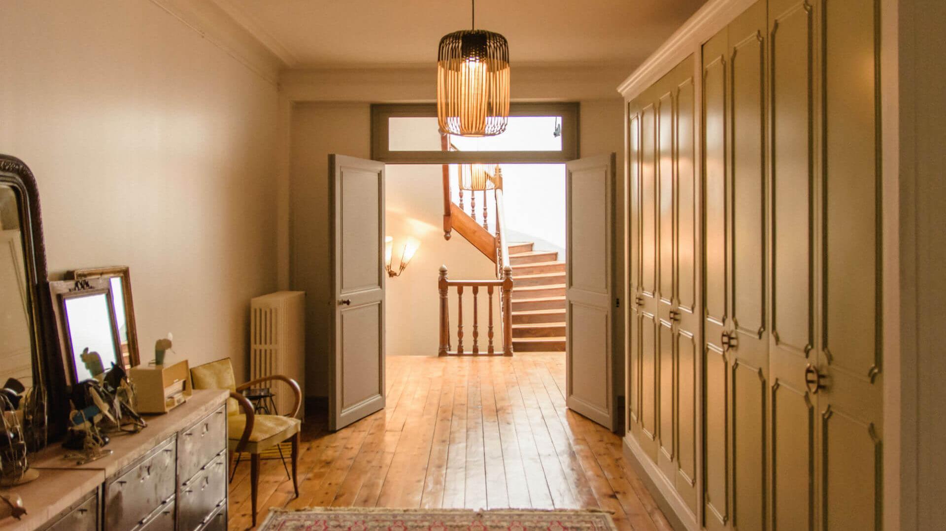 Palier du premier étage donnant l'accès aux chambres d'hôtes l'Esprit du 8 Rochefort