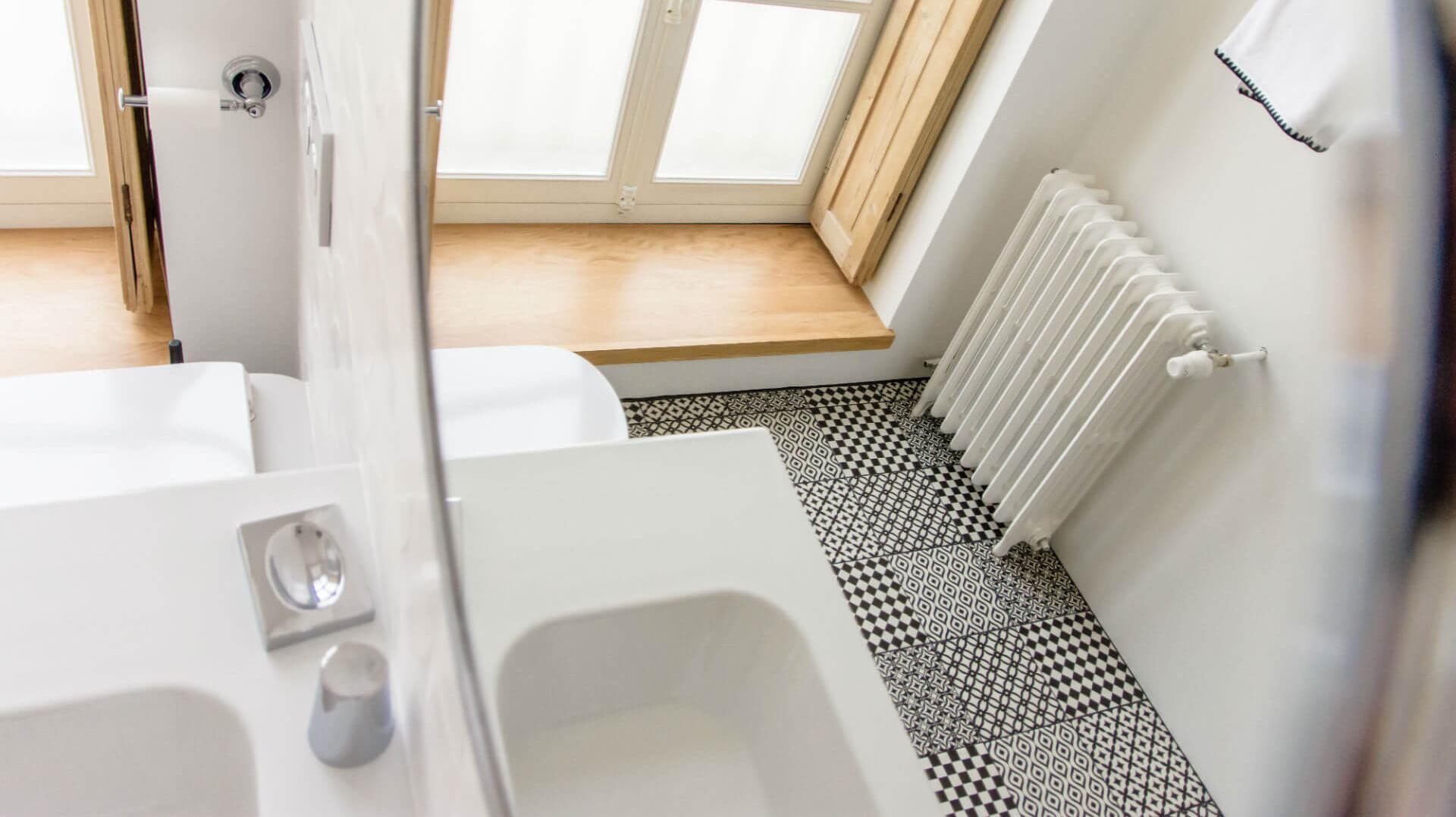 Salle de bain attenante à la chambre Florence Knoll