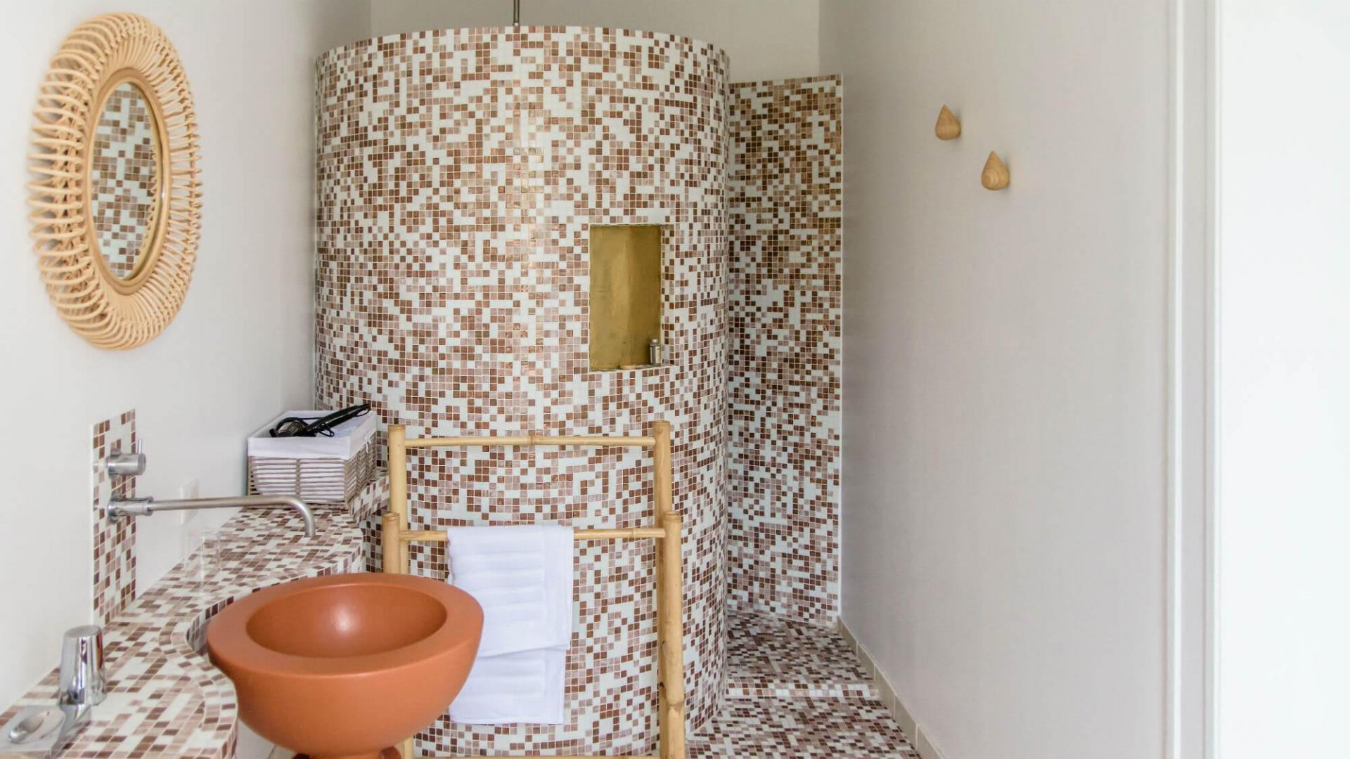 Salle de bain attenante à la chambre Charlotte Perriand