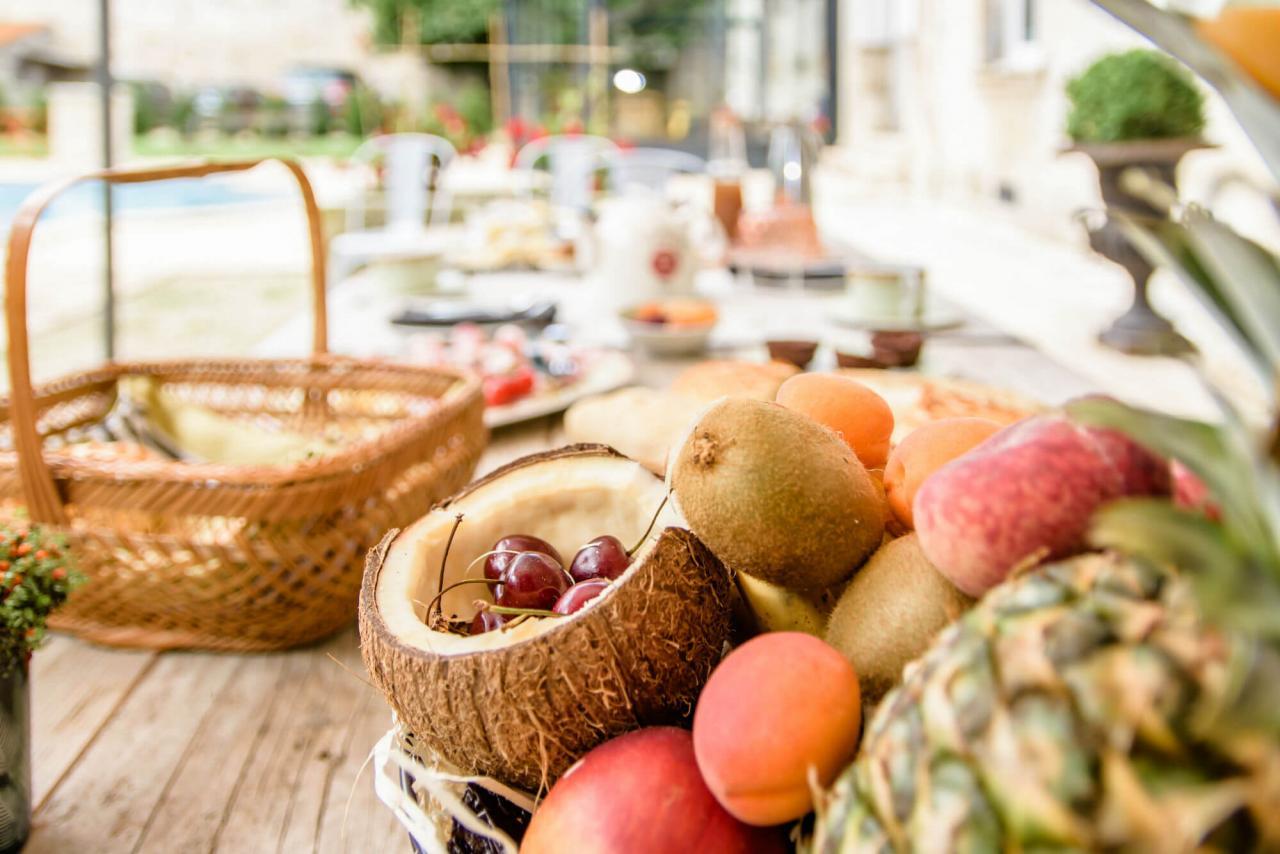 table Petit déjeuner Maison d'Hôtes 17