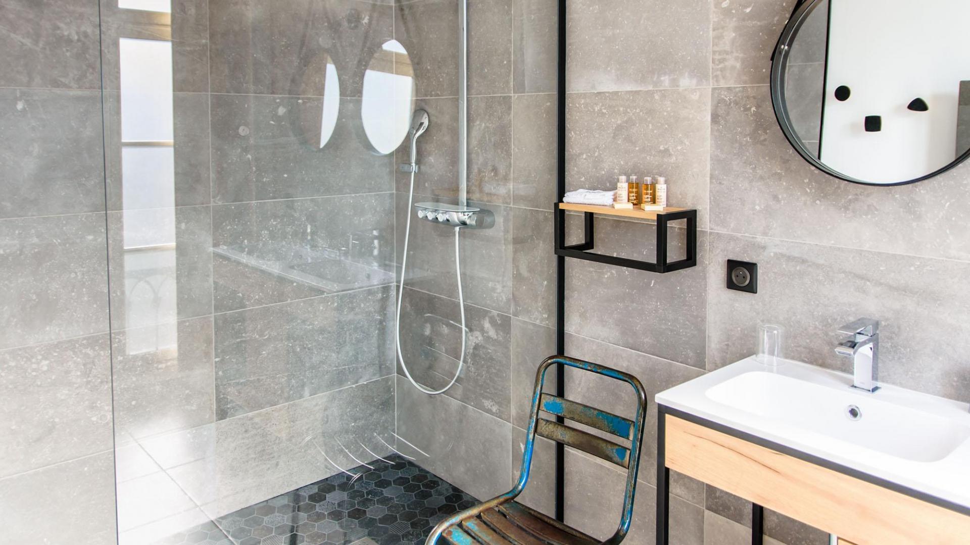 Salle de bain attenante à la chambre Ray Eames